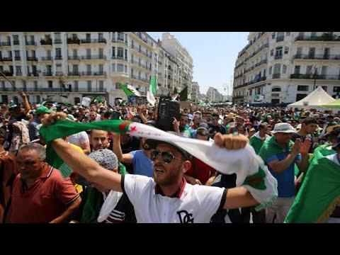 شاهد مسيرة احتجاجية في الجزائر للمطالبة بتنحي الفريق أحمد قايد صالح