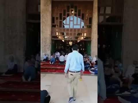 شاهد كيف تدفق عشرات الالاف من الفلسطينين للمشاركة في صلاة الاضحى في المسجد الاقصى الشريف