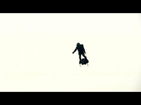 الرجل الطائر يفشل في الوصول إلى دوفر البريطانية ويسقط في الماء