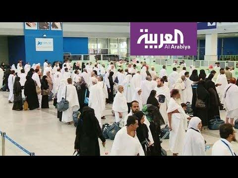 أجهزة إلكترونية تقرأ بيانات المعتمرين في مطار جدة