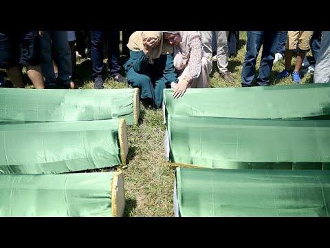 شاهد دفن رفات 86 من مسلمي البوسنة سقطوا ضحايا التطهير العرقي