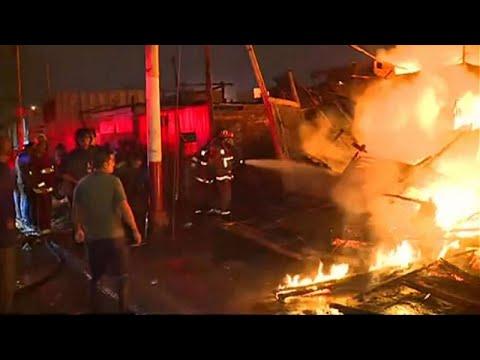 شاهد حريق كبير يدمر مئات المنازل الفقيرة في كالاو البيروفية