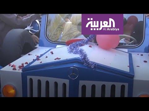 شاهد حدّاد من غزة يعيد تصنيع مركبة بعلامة مرسيدس بنز