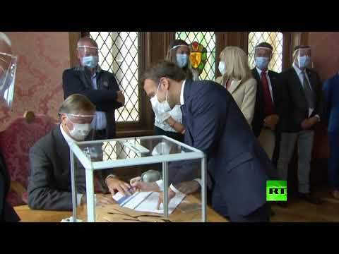 شاهد الرئيس الفرنسي وزوجته يدليان بصوتهما في الانتخابات المحلية