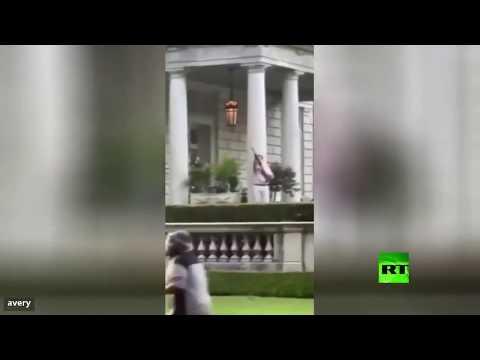 شاهد رجل وامرأة يوجهان سلاحًا ناريًا إلى المتظاهرين في أميركا