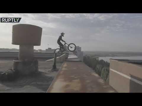 شاهد شاب روسي يٌحلّق بدراجته الهوائية فوق أسطح المباني