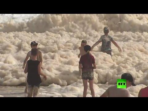شاهد فيضانات ورياح قوية وكميات هائلة من الرغوة على الشواطئ في أستراليا