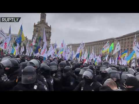 إصابة العشرات من الشرطة الأوكرانية في اشتباكات مع محتجين على العزل العام